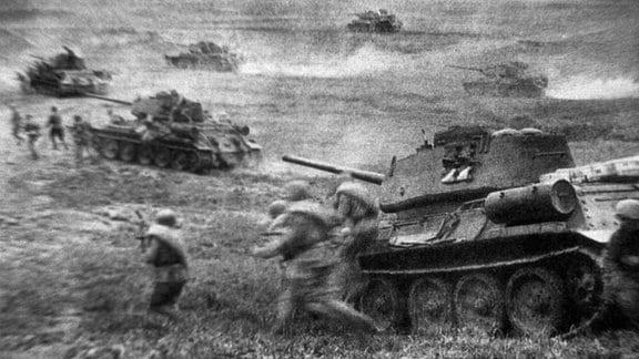 Sowjetische T34-Panzer und Infanteristen in der Panzerschlacht von Prochorowka