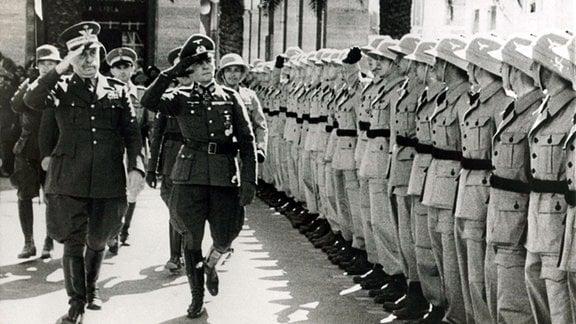 General Italo Gariboldi, 1941 Generalgouverneur von Italienisch-Libyen, und Generalfeldmarschal Erwin Rommel passieren angetretene Soldaten.