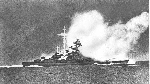 Schlachtschiff Bismarck erhält Treffer durch HMS Prince of Wales
