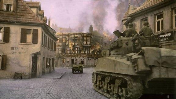 Sherman-Panzer der US Army fährt 1945 durch eine deutsche Stadt
