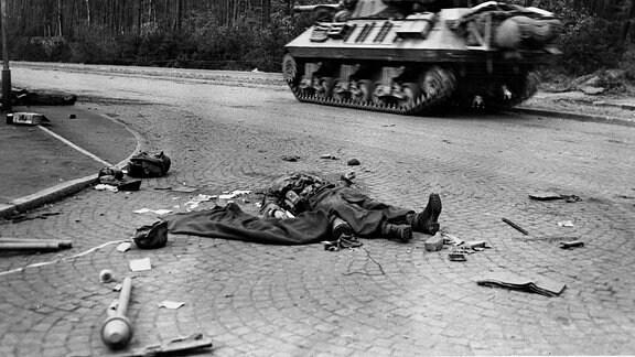 Panzer 1945 hinter Leiche eines Soldaten