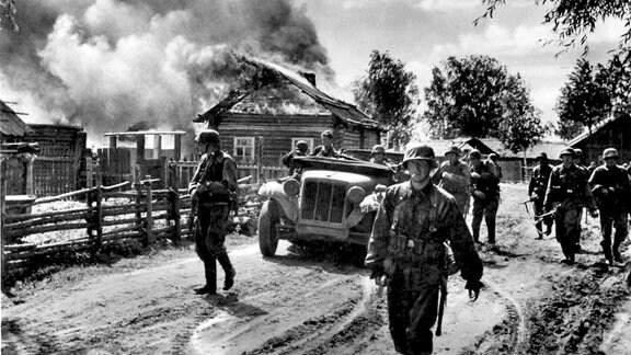 Soldaten der Waffen SS-Division Totenkopf im Juni 1941 in der Sowjetunion