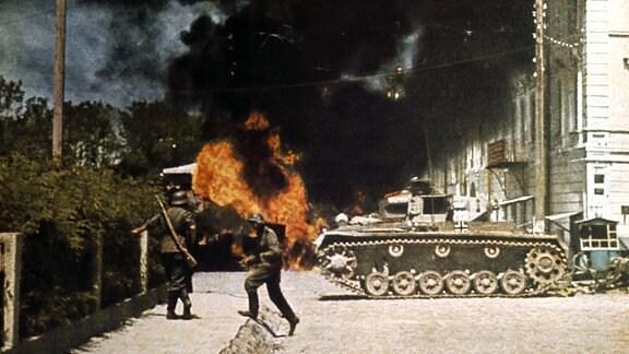 Deutscher Panzer und Soldaten im Kampf um eine sowjetische Stadt 1941