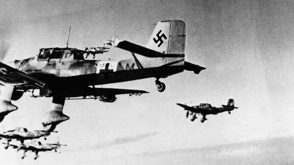 Angriff einer Stuka-Gruppe im November 1941 über Nordafrika