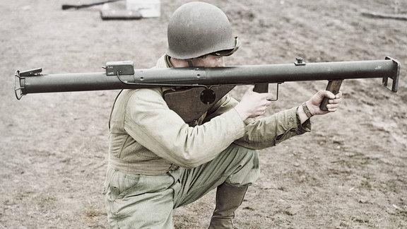 Soldat kniet und zielt 1943 mit einer Bazooka