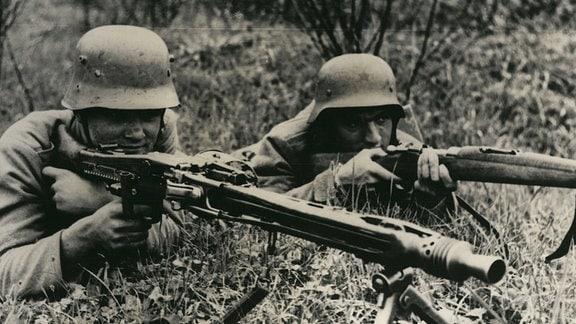 Deutsche Soldaten mit MG42 Maschinengewehr und Mauser-Gewehr