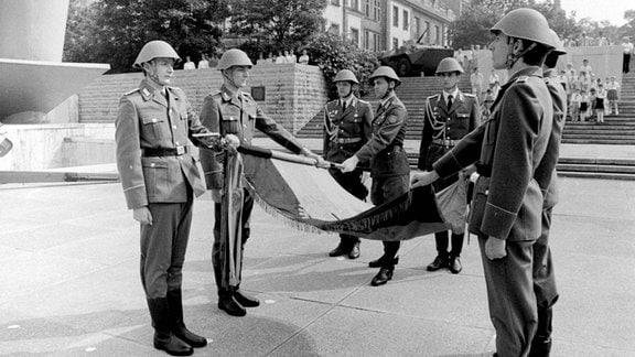 Vereidigung neuer Soldaten der NVA mit Waffenübergabe duch die Kampfgruppen und Blumen für die Soldaten von Jungen Pionieren
