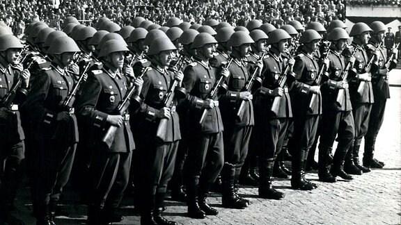 NVA-Parade zum 1. Mai 1958