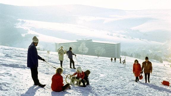 Schlittenfahren auf dem Fichtelberg, direkt am Hang das Hotel am Fichtelberg, Aufnahme von 1981