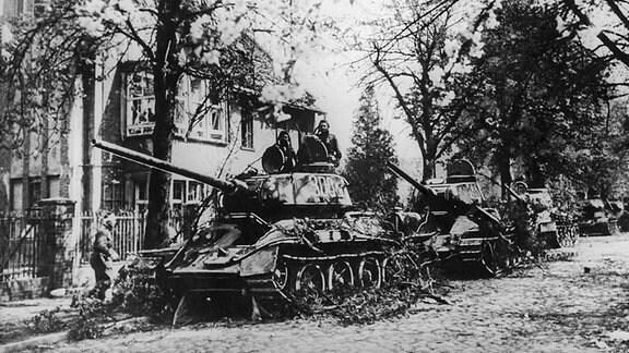 Panzer der Roten Armee 1945 am Stadtrand von Berlin
