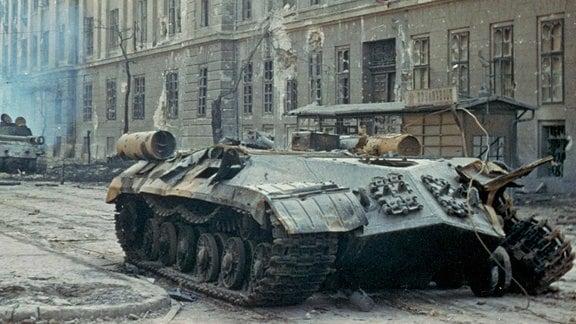 Zerstörte sowjetische Panzer vor Kilian-Kaserne in Budapest - Ungarn-Aufstand 1956