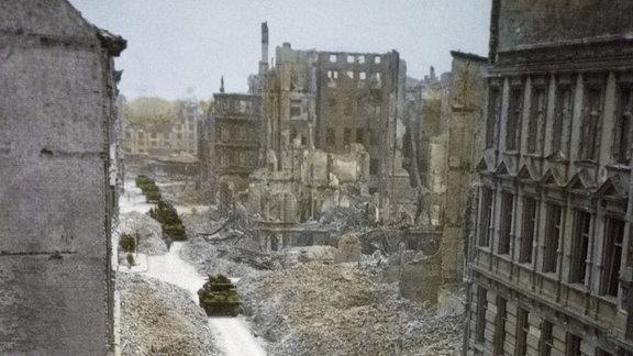 Panzer fahren durch die zerstörte Stadt Magdeburg