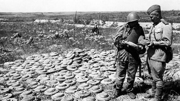 Sowjetische Pioniere mit Panzerminen im Bogen von Kursk