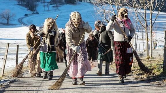 Perchtenumzug, Hexen ziehen durchs Dorf.