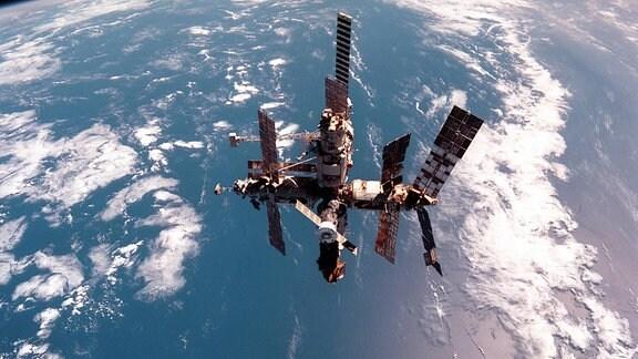 Weltraumstation MIR umrundet die Erde