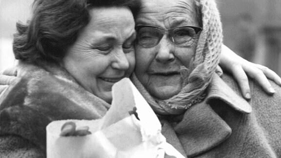 Sichtlich bewegt umarmt eine Westberlinerin ihre Mutter, die aus dem Ostsektor der Stadt zu einem langersehnten Wiedersehen mit ihrer Tochter eingetroffen ist.