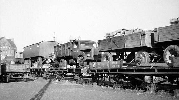 Fahrzeuge und Anhänger auf Güterwagons