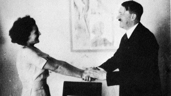 Herzliche Begrüßungsszene zwischen Adolf Hitler und Leni Riefenstahl. (undatiert)