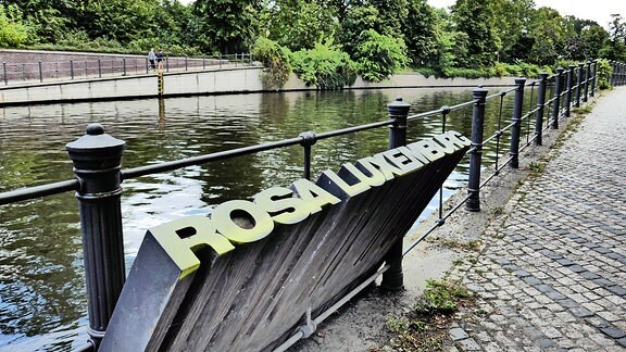 Gedenkstätte Rosa Luxemburg am Landwehrkanal Tiergarten.