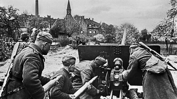 Rotarmisten an einem Geschütz im Süden von Berlin, 1945