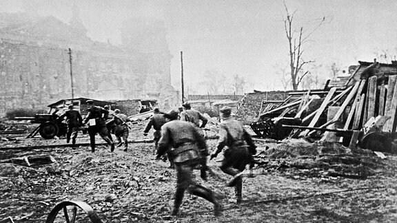 Rotarmisten stürmen 1945 den Reichstag in Berlin