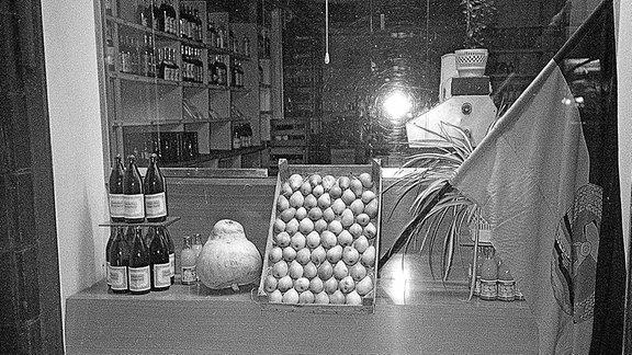 Blick durch ein Schaufenster eines Lebensmittelladen in der DDR.