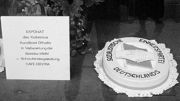 Blick in ein Schaufenster der DDR.