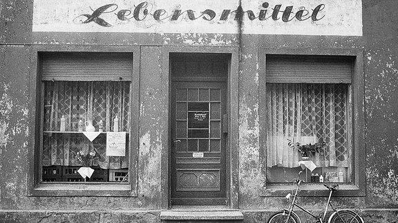 Schaufenster eines Lebensmittelgeschäft in der DDR.