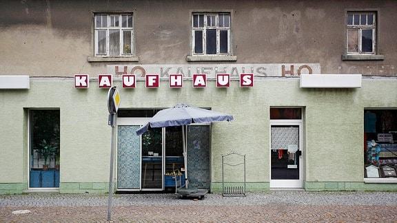 Spuren der HO-Vergangenheit an einem Kaufhaus in Schildau.