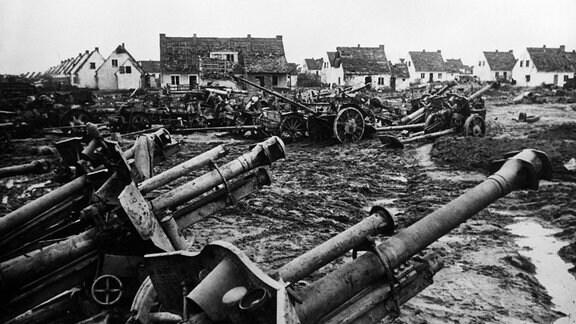 Deutsche Geschütze und Fahrzeuge nach der Schlacht um die Seelower Höhen