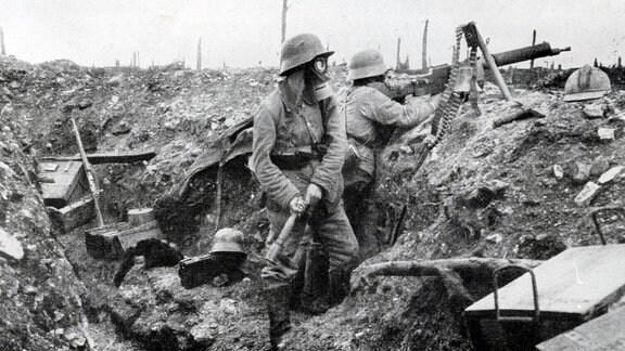 Deutsche Soldaten mit Stahlhelmen und Gasmaske in der Schlacht um Verdun