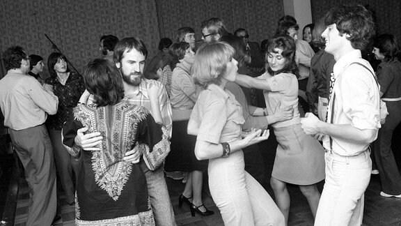 Tanzende Paare in der Disko des Kulturpalastes im Rahmen des Internationalen Schlagerfestivals in Dresden. Vorne rechts auf dem Bild sind Mitglieder der Gruppe Kreis zu sehen.