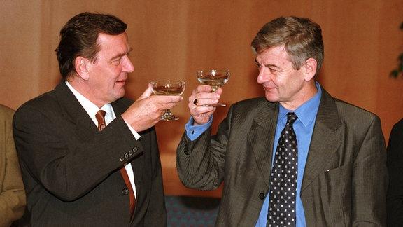 Schröder und Fischer stoßen auf Koalitionsvertrag an, 1998