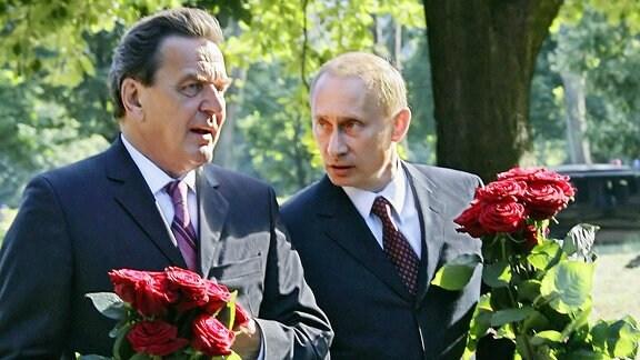 Gerhard Schröder und Wladimir Putin legen am 03.07.2005 Blumen nieder an der Begräbnisstätte von Immanuel Kant in Kaliningrad.