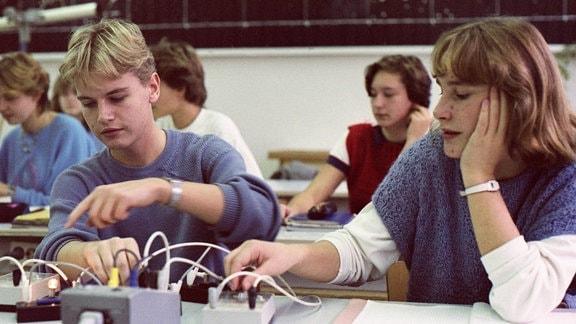 Jugendliche im Physikunterricht, Berlin 1987