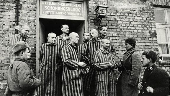Auschwitzgefangene vorm Häftlingskrankenhaus