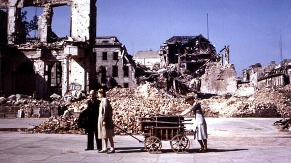 Ausgebombte mit Handwagen in den Ruinen von Berlin