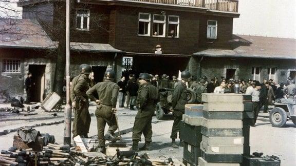 KZ Buchenwald - Das Gebäude am Eingang nach der Befreiung des Lagers, das am 11. April 1945 von Soldaten der 6. Panzerdivision der 3. U.S.-Armee befreit wurde.
