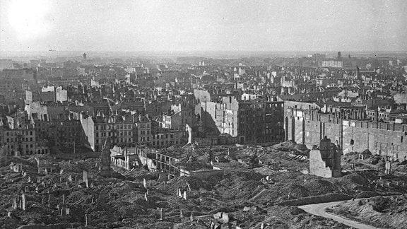 Fotografie des zerstörten Warschaus im Mai 1945