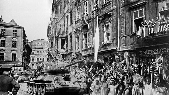 Einzug von T-34 der Roten Armee am 9. Mai 1945 in Prag