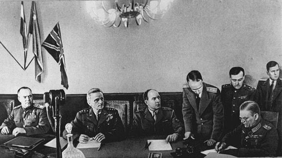 Generalfeldmarschall Keitel unterzeichnet in Gegenwart von Marschall Schukow US-General Spaatz und General Latrre de Tassigny die bedingugslose Kapitulation