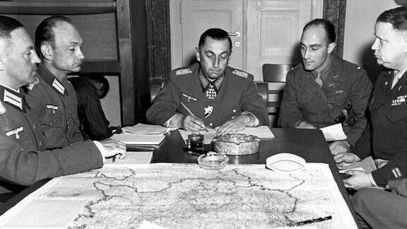 General der Infanterie Hermann Foertsch unterzeichnet am 5. Mai 1945 bei München die Teilkapitulation für die 1. Armee
