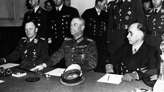 Generalfeldmarschall Keitel Generaloberst Stumpff und Generaladmiral von Friedeburg ratifizieren am 9. Mai 1945 in Karlshorst die bedingungslose Kapitulation der Wehrmacht