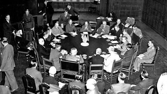 Die Repräsentanten der Siegermächte sitzen bei der Eröffnung der Konferenz von Potsdam an einem runden Tisch zusammen