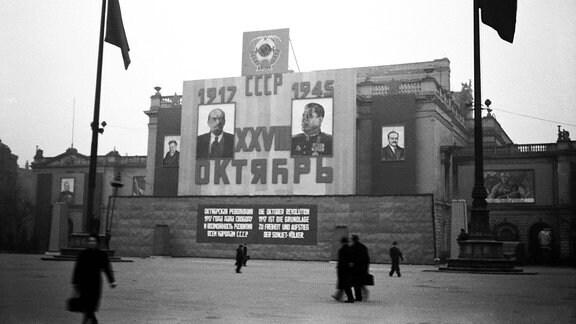 Propagandaplakate an der Ruine des Neuen Theaters Leipzig zeigen 1945 von Lenin und Stalin