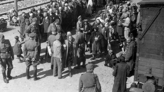 Die Fotografien im Lili-Jacob-Album bilden Momente kurz vor der Ankunft, danach, während der Selektion und die Gänge zu den Gaskammern ab.