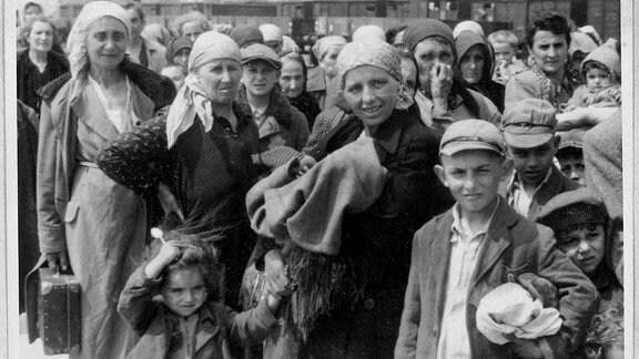 Dieses Foto und das Folgende gehören zu einer Serie, da der Junge mit hellen Mütze plus Ledereinband rechts im zweiten Foto am linken Bildrand erneut auftaucht.