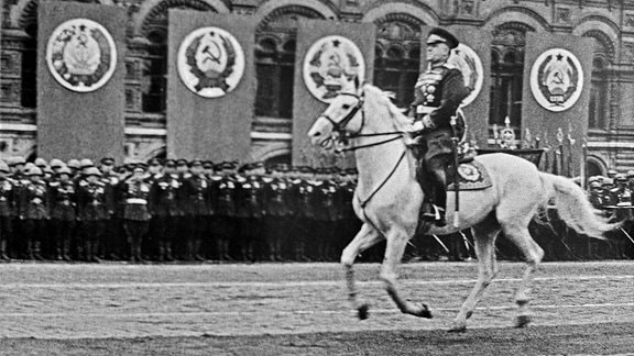 Marschall Schukow auf Schimmel bei Siegesparade Moskau 1945