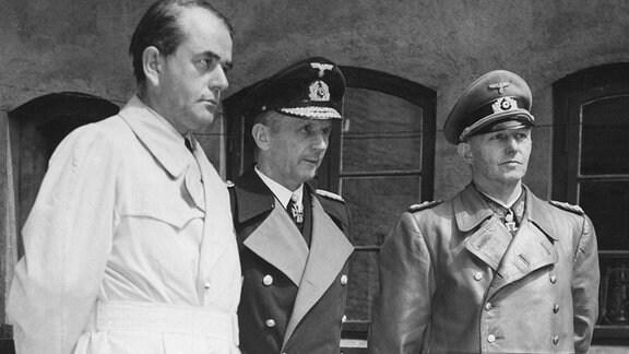 Mitglieder der Reichsregierung Speer Dönitz Jodel nach ihrer Verhaftung in Flensburg