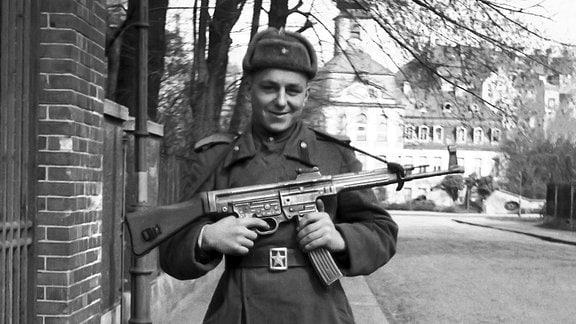Rotarmist vor der Kommandantur in Gohlis, 1946